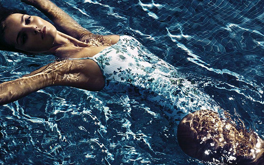 Denisa v kampani na plavky