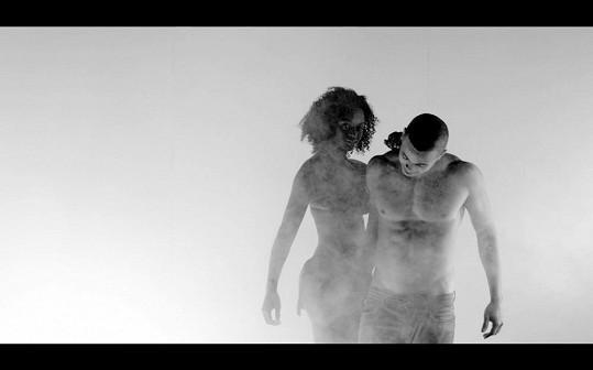 Modelka Dina Cassama obdivuje Benovo vysportované tělo.