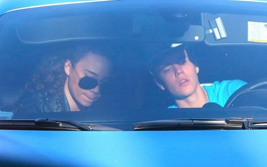 Justin Bieber ve svém voze se svou údajně novou přítelkyní