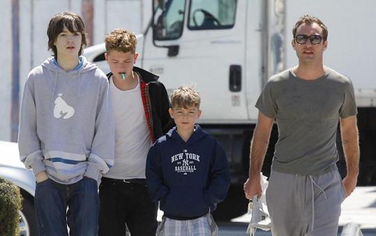 Jude Law se syny Finlayem z exmanželčina předešlého vztahu, Raffertym a Rudym.