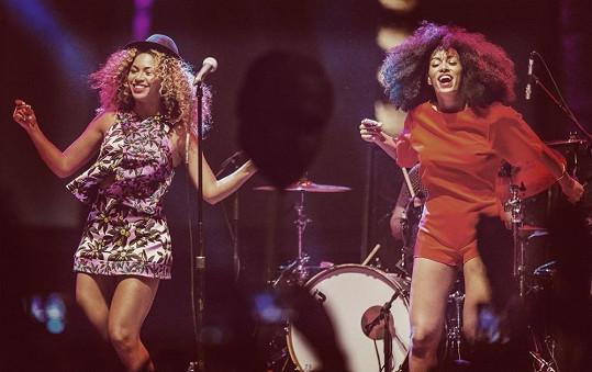 Sestry spolu občas i vystupují jako například před měsícem na festivalu Coachella.