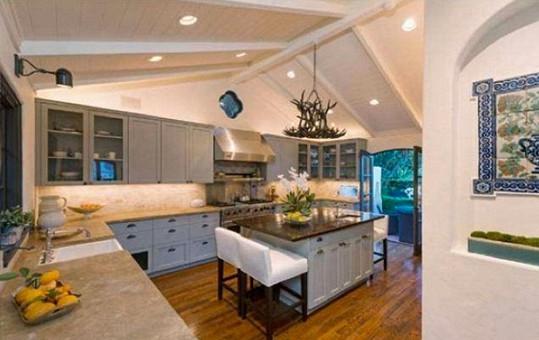 V prostorné kuchyni nechybí praktický ostrůvek.