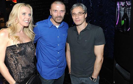 Tomáš s kamarádem Romanem Kufou a jeho přítelkyní Gábinou Bendovou, která je sestrou hokejisty Jaroslava Bednáře.