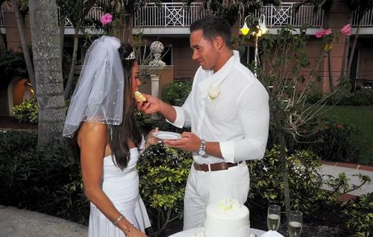 Kieran Hayler krmil svou manželku dortem.