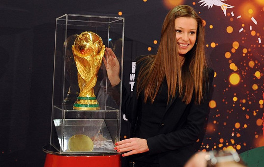 Sporťačka si nemohla upřít příležitost vyfotit se se zlatým pohárem Fifa.