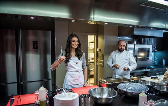 Královna krásy se v profesionální kuchařské škole zlepšovala ve svých dovednostech.
