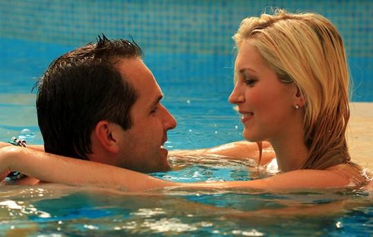 Manželé Hejdovi ze sebe nespustí oči ani v bazénu.