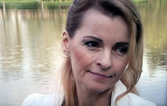 Iveta Bartošová skočila pod vlak, spáchala sebevraždu.