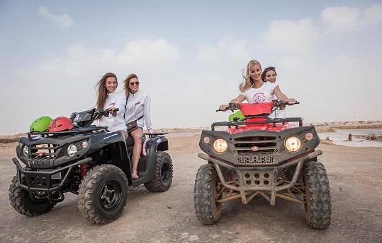 Většina dívek svůj řidičský průkaz má a aktivně řídí.