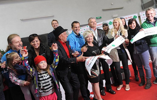 Pavel Šporcl s rodinou na otevření chrtího závodiště