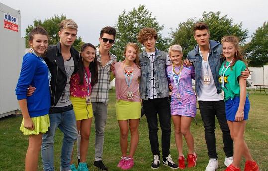 Česká děvčata v zákulisí s britskou kapelou Union J, která je obdobou americké skupiny One Direction.