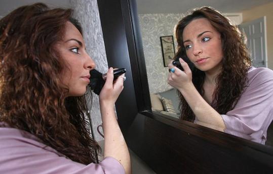 Mladá Angličanka si dokáže vytvořit velmi precizní make-up.