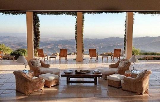 Posezení uvnitř nabízí neuvěřitelný výhled na kalifornské kopce.