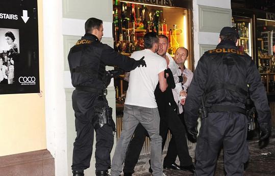 Před barem opět zasahovala policie.