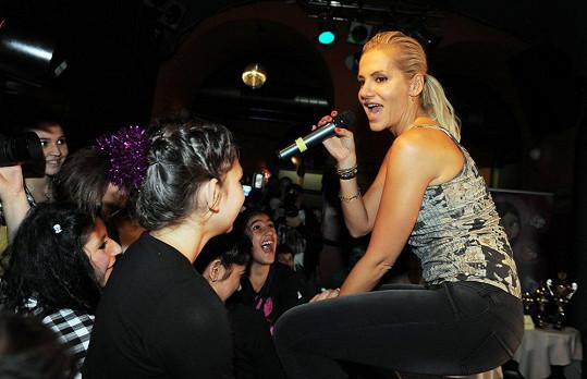 Kontakt zpěvačky s publikem byl velmi intenzivní.