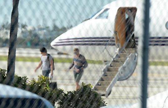 Miley Cyrus a Kellan Lutz byli přistiženi, jak vystupují z letadla.