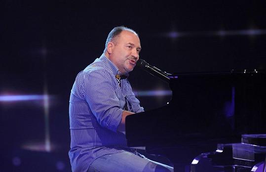 Michal David na turné chvílemi doprovodí Lucku na klavír.