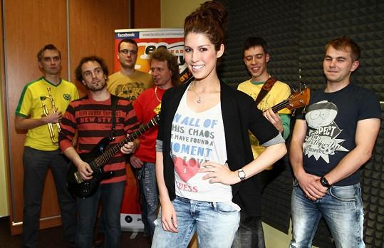 Na koncertech zpěvačku doprovodí její kapela.