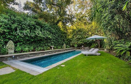 Nádherná zahrada nabízí rozlehlý bazén.