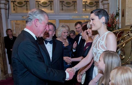 Princ Charles se na zpěvačku culil.