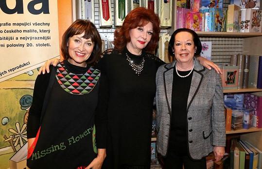 Saskia Burešová s Petrou Černockou a Yvonne Přenosilovou