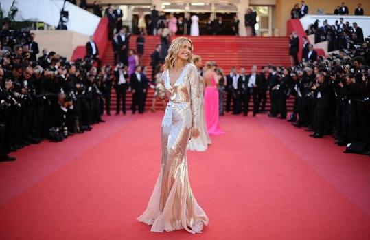 Petra Němcová pózuje fotografům v Cannes.