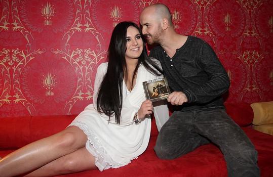 Ewa společně s Igorem Timkem z kapely No Name pokřtila charitativní cédéčko Hit za hitem.