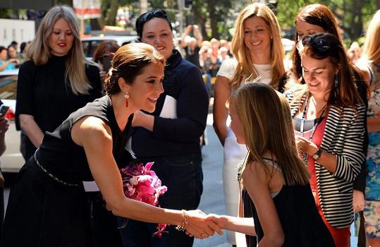 Korunní princezna Mary se vítá s davem na jedné ze svých cest.