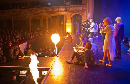 Celé vystoupení bylo doplněno světelnou a pyrotechnickou show, bylo nejen co poslouchat, ale i na co se dívat.