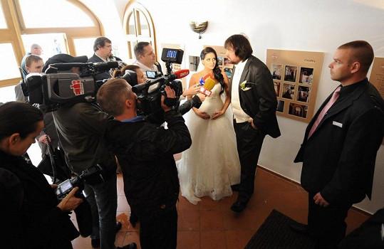 Novináři měli o falešnou svatbu mimořádný zájem.