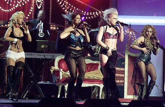 Lil' Kim (vpravo) s Pink, Mýou a Christinou Aguilerou během vystoupení s písní Lady Marmelade.