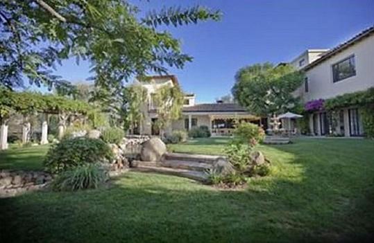 Dům má kolem sebe zahradu a obrovský ranč.