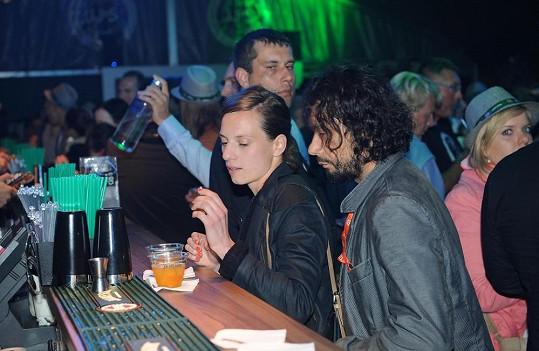 Herec se svojí láskou na baru.