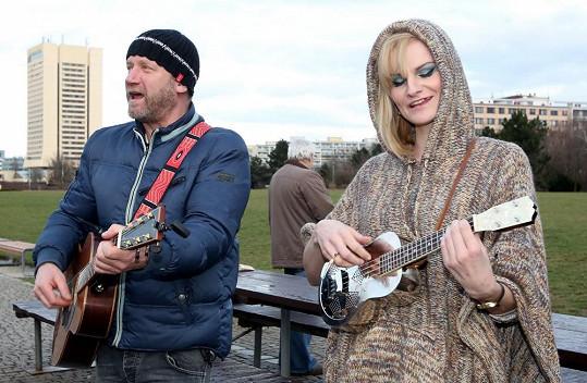 David Koller a Iva Pazderková žebrali v parku.