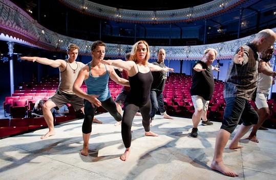 Kim Cattrall se před představením oddává hodině jógy.