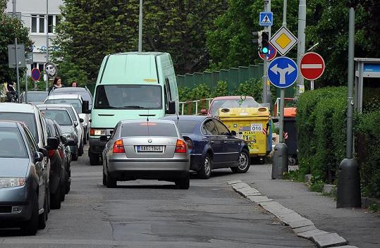 Při odjezdu z policie doprovázelo Rychtáře do Říčan další auto...