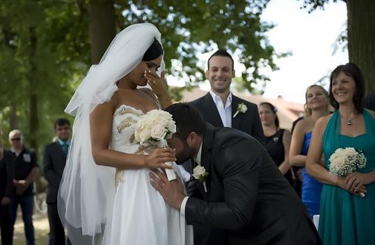 Dojemná chvíle: Noid líbá manželčino těhotenské bříško.