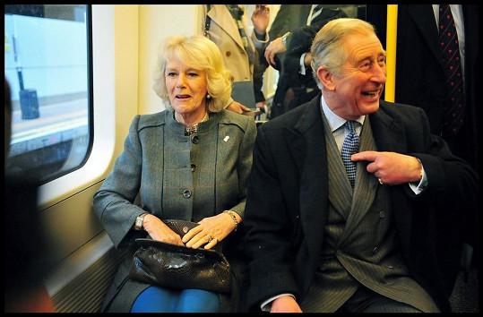 Princ Charles s manželkou Camillou v metru.
