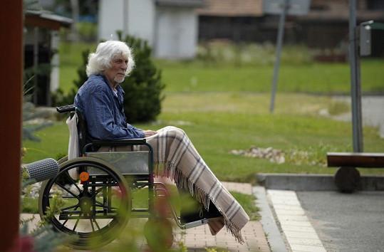 Hraje mrzutého invalidního starce.