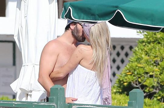 Pamela s manželem u hotelového bazénu ve Francii