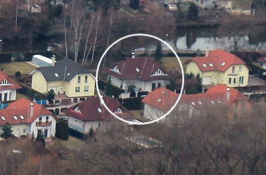 Dům Ivety Bartošové zblízka.