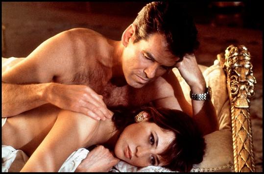Sophie Marceau s Piercem Brosnanem v bondovce Jeden svět nestačí (1999)