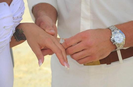 Navlékání prstýnků.