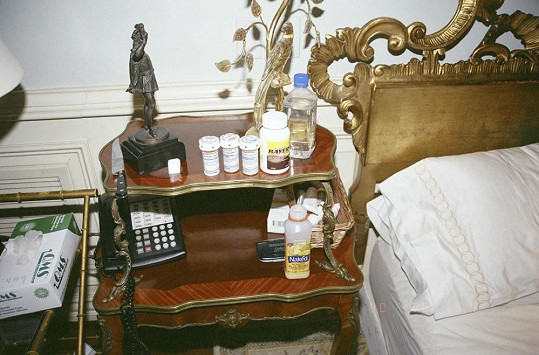 Stůl krále popu byl pokryt krabičkami s léky.