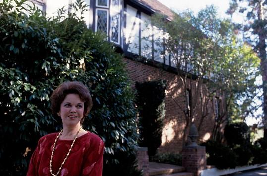 U svého milovaného domu v letech osmdesátých...