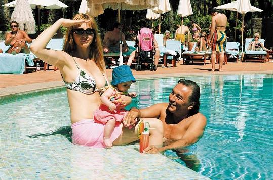 Karel Gott na dovolené s Ivanou a malou Charlottkou