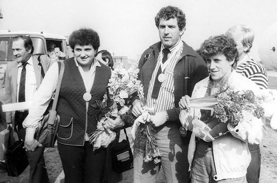 Helena Fibingerová, Imrich Bugár a Jarmila Kratochvílová pózují roku 1983 se zlatými medailemi.