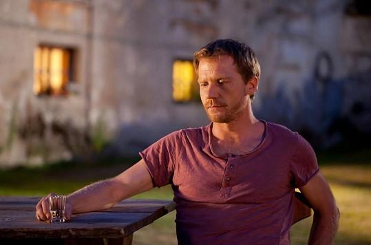 Herec vinohradského divadla Pavel Batěk ve filmu ztvárňuje hlavní roli cestovatele, který řeší problémy s vymahači a potkává různé druhy žen.