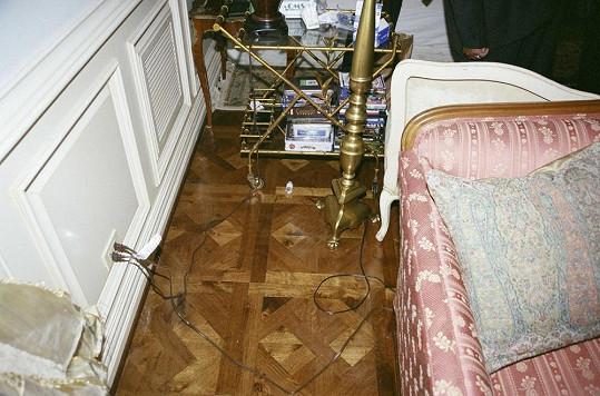 U zpěvákovy postele ležely prázdné lahvičky od léků.