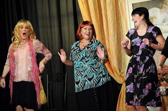 S kolegyněmi ve hře Mejdan manželek šílených v plzeňském Divadle Pluto.